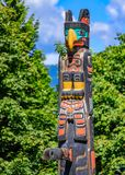 Indianische Totempfähle der ersten Nationen in Stanley Park in Van stockbild