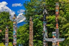Indianische Totempfähle der ersten Nationen in Stanley Park in Van stockfotos