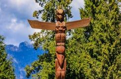 Indianische Totempfähle der ersten Nationen in Stanley Park in Van lizenzfreie stockbilder