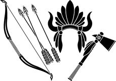 Indianischer Kopfschmuck, Tomahawk und Bogen Stockbilder