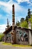 Indianklanhus och totem Arkivfoto
