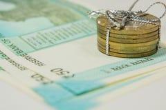 Indiann 50 rupias de moeda nova com as 10 moedas do reupee no fundo do whie Foto de Stock Royalty Free
