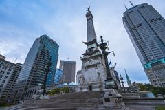 Indiannapolis, Indiana, Etats-Unis - Soldats et monument de marins dans le tra photo stock