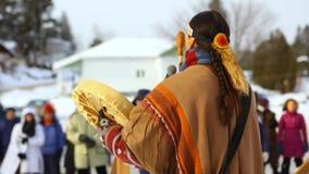 Indiano americano che salmodia per il pianeta archivi video