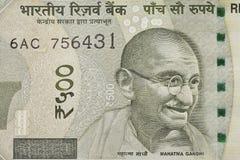 Indiano cinco cem notas da rupia com retrato de Mahatma Gandhi Fotos de Stock Royalty Free