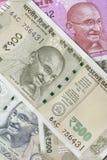 Indiano cinco cem notas da rupia com retrato de Mahatma Gandhi Foto de Stock Royalty Free