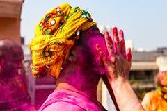 Indiano con il turbante e colori sul suo fronte immagine stock libera da diritti