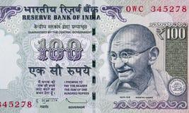 Indiano fine della banconota da 100 rupie su, primo piano dei fondi dell'India fotografia stock