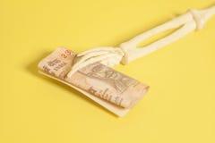 Indiano le note da 10 rupie in mano di scheletro Fotografie Stock Libere da Diritti