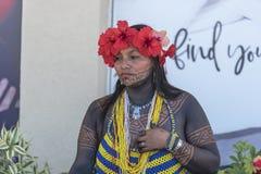 Indiano nativo fêmea de Panamá que vende artes e ofícios em Fuerto Amador foto de stock royalty free