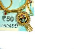 Indiano novo 50 rupias com joia no fundo isolado Imagens de Stock