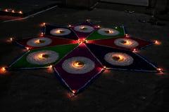 Indiano Rangoli com o completo das cores e das luzes imagem de stock royalty free