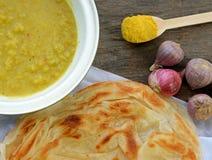 Indiano Roti Prata con il primo piano della salsa di curry e della carne di pollo Immagini Stock Libere da Diritti