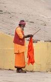 Indiano Sadhu no ghat perto do rio sagrado Ganges em Varanasi Imagem de Stock Royalty Free