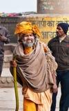 Indiano Sadhu no ghat perto do rio sagrado Ganges em Varanasi Fotos de Stock Royalty Free