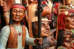 Indianos do nativo americano cinzelados na madeira Fotografia de Stock Royalty Free
