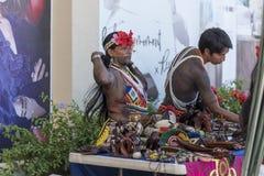Indianos nativos fêmeas e masculinos de Panamá que vendem artes e ofícios em Fuerto Amador fotografia de stock royalty free