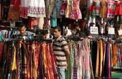 Indianos que compram na loja de roupa do lado da estrada Imagem de Stock Royalty Free