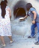 Indianos que cozem o pão fotos de stock royalty free