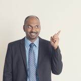 Indiańscy biznesmeni wskazuje coś Obraz Stock