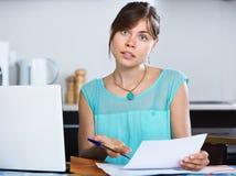 Indicação de operação bancária infeliz da leitura da dona de casa fotos de stock