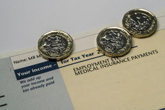 Indicação de rendimento pessoal que mostra figuras da renda e do imposto para a declaração de rendimentos BRITÂNICA Imagens de Stock Royalty Free