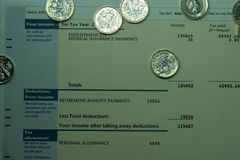 Indicação de rendimento pessoal que mostra figuras da renda e do imposto para a declaração de rendimentos BRITÂNICA Fotos de Stock Royalty Free