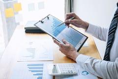 Indicação financeira anual financeira de trabalho do balanço da análise do contador do homem de negócios e do relatório da despes fotografia de stock
