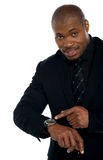 Indicação masculina africana para o relógio de pulso Imagem de Stock Royalty Free
