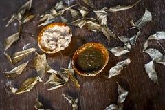 Indica Azadirachta, eller indisk lila eller ansiktsmask för sidor för NEEM-TRÄD med vitlökolja- och citronskivan Arkivbild