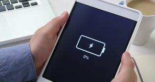 Indicación baja de la batería en la tableta digital almacen de video