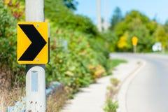 Indicación de la señal de tráfico de Chevron de giro a la derecha Fotos de archivo libres de regalías