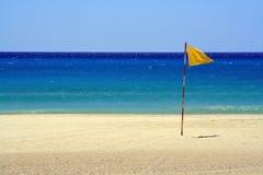 Indicador amarillo en la playa imagenes de archivo
