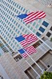 Indicador americano delante del edificio alto Imágenes de archivo libres de regalías