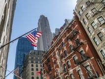 Indicador americano delante del World Trade Center foto de archivo