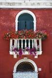 Indicador arqueado com balcão e flores Fotografia de Stock Royalty Free