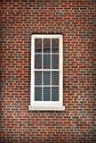Indicador branco isolado pelo tijolo vermelho Imagem de Stock