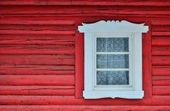Indicador branco na parede vermelha Fotografia de Stock
