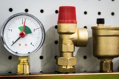 Indicador, colocaciones y v?lvula, tubos y adaptadores de presi?n imagen de archivo libre de regalías