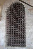 Indicador com barras de um edifício medieval imagem de stock
