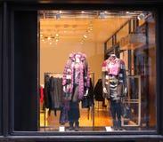 Indicador com mannequins vestidos Imagem de Stock