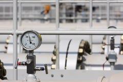 Indicador de alta presión en la tubería de proceso foto de archivo