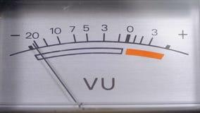 Indicador de la señal analógica con la flecha Metro de la señal audio en decibelios metrajes