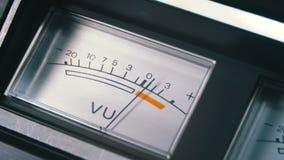 Indicador de la señal analógica con la flecha Metro de la señal audio en decibelios almacen de metraje de vídeo