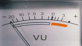 Indicador de la señal analógica con la flecha Metro de la señal audio en decibelios almacen de video