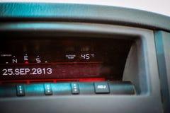Indicador de la temperatura en el coche que lee 45 grados calientes celsius imagen de archivo libre de regalías