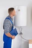 Indicador de Looking At Dial del reparador en caldera eléctrica Imagen de archivo
