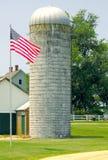 Indicador de los E.E.U.U. cerca del silo de la granja Foto de archivo libre de regalías