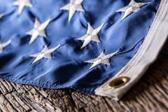 Indicador de los E Indicador americano Viento que sopla de la bandera americana Primer Tiro del estudio Imagenes de archivo