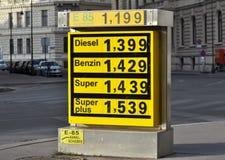 Indicador de preços de combustível em uma estação do serviço Fotografia de Stock Royalty Free